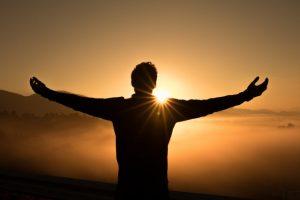 relaxation dynamique, personne debout les bras levés