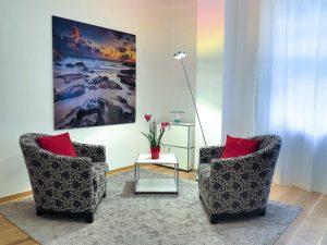 deux fauteuils dans une pièce calme