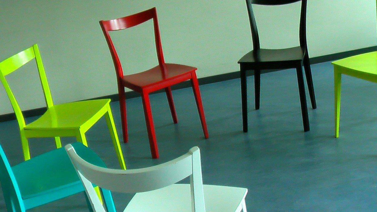 cercle de chaises en couleur