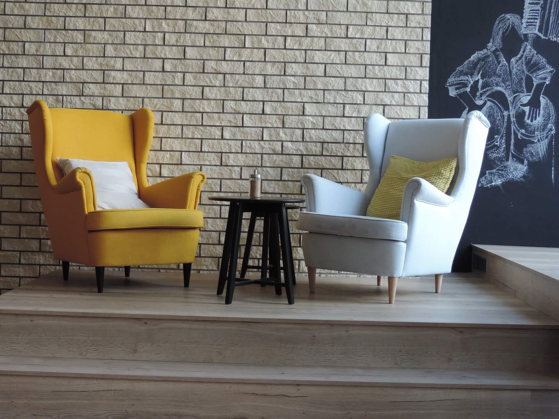 deux fauteuils face à face